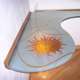 ergonomischer-buero-dekoriertem-glas-massgeschneiderter
